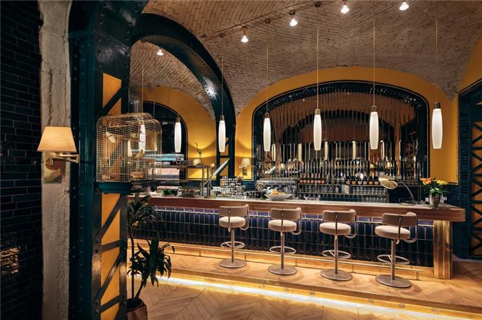以复古剧院为灵感的波西米亚风烧烤餐厅设计装修实景图
